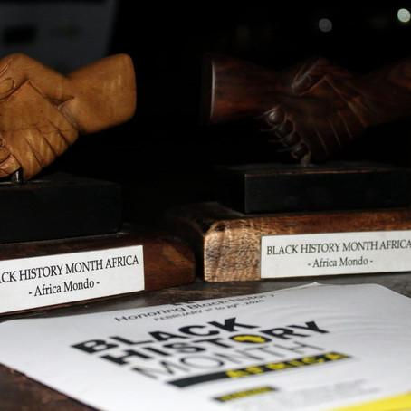 Africa Mondo honore avec une poignée de main sculptée en bois d'ébène