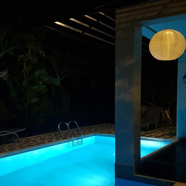 K15 uima-allas yövalaistuksessa