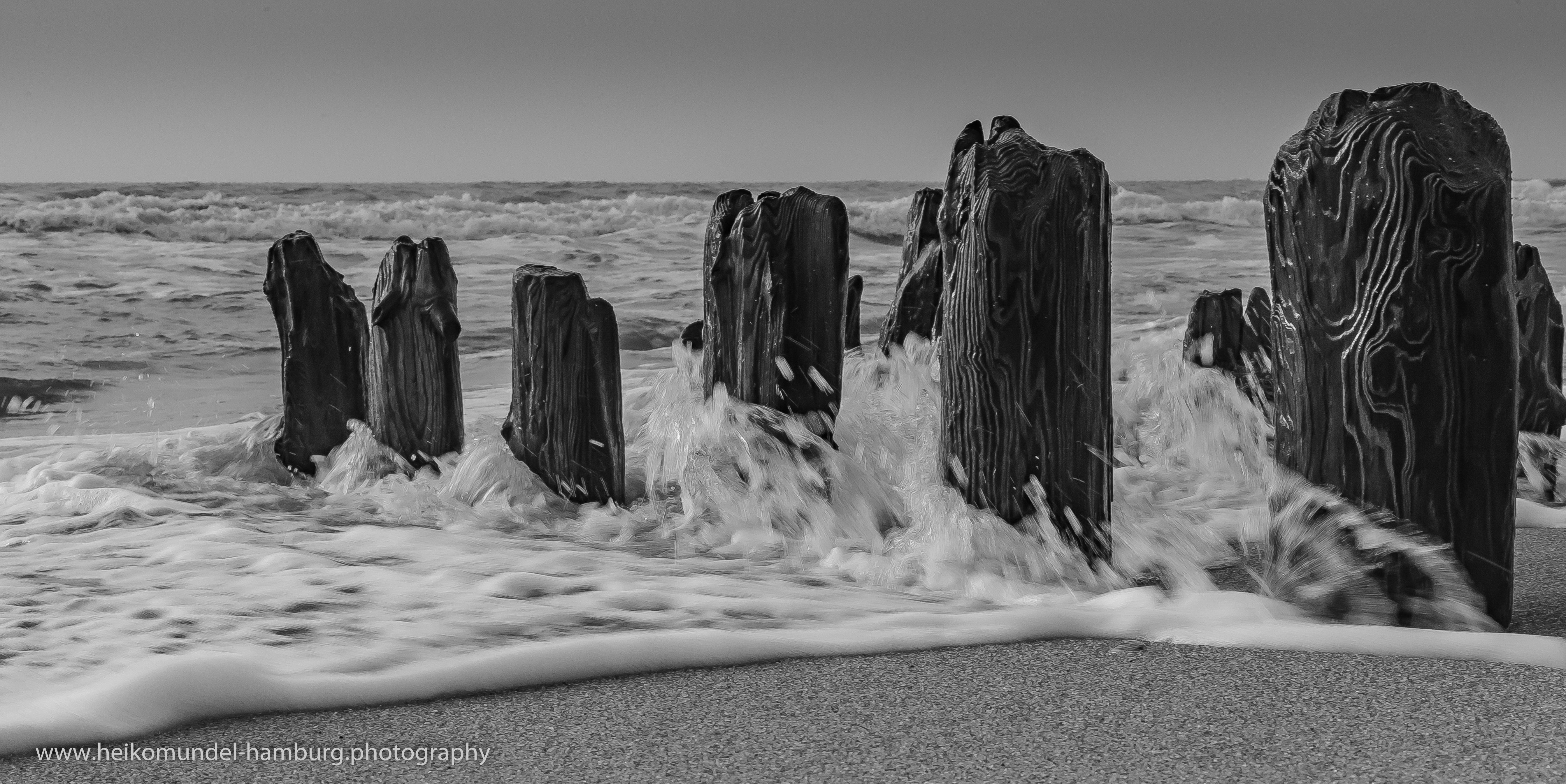 Buhne und Wellen