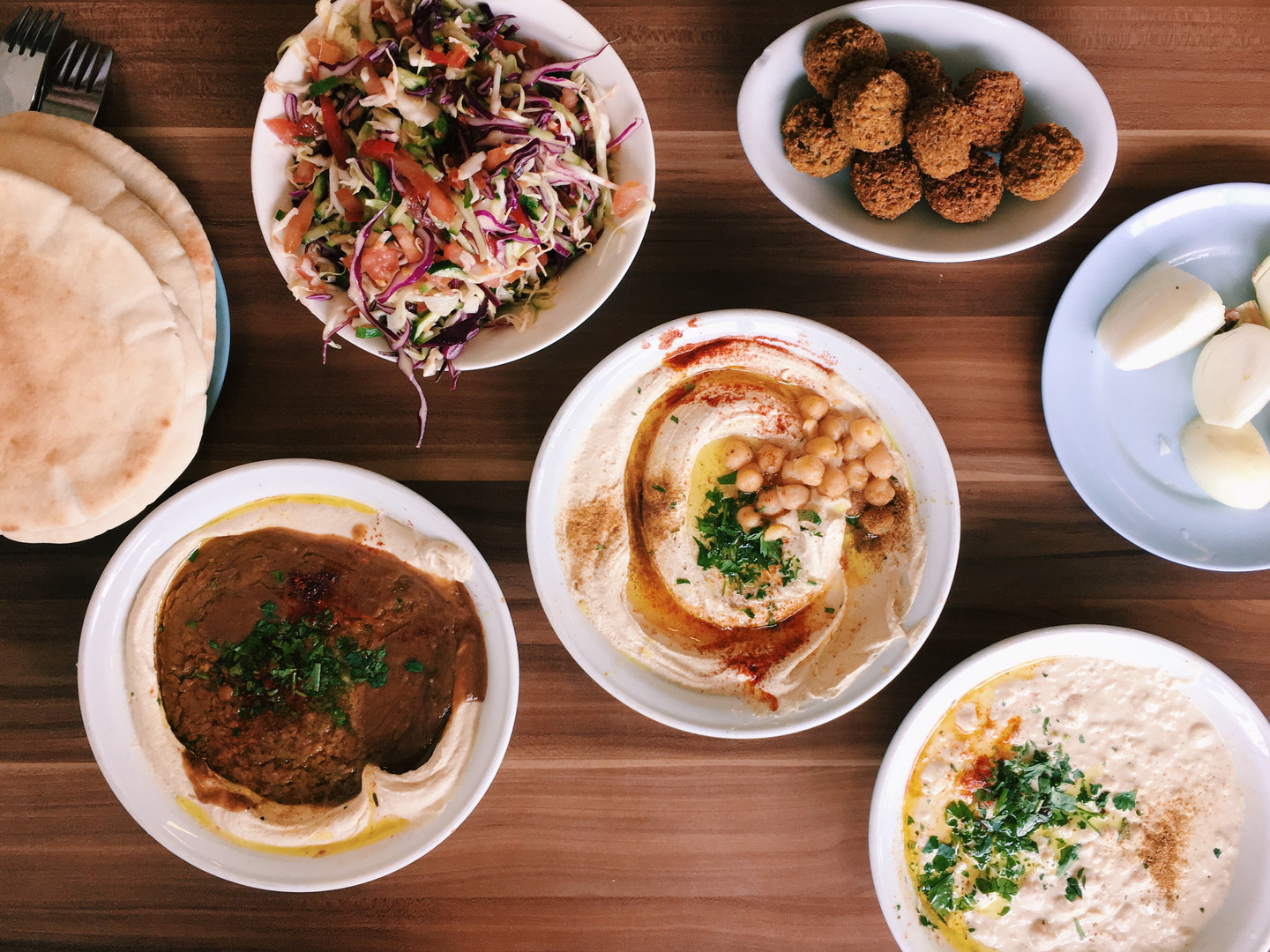 hummus-plates-view-from-above_t20_7JPAnN