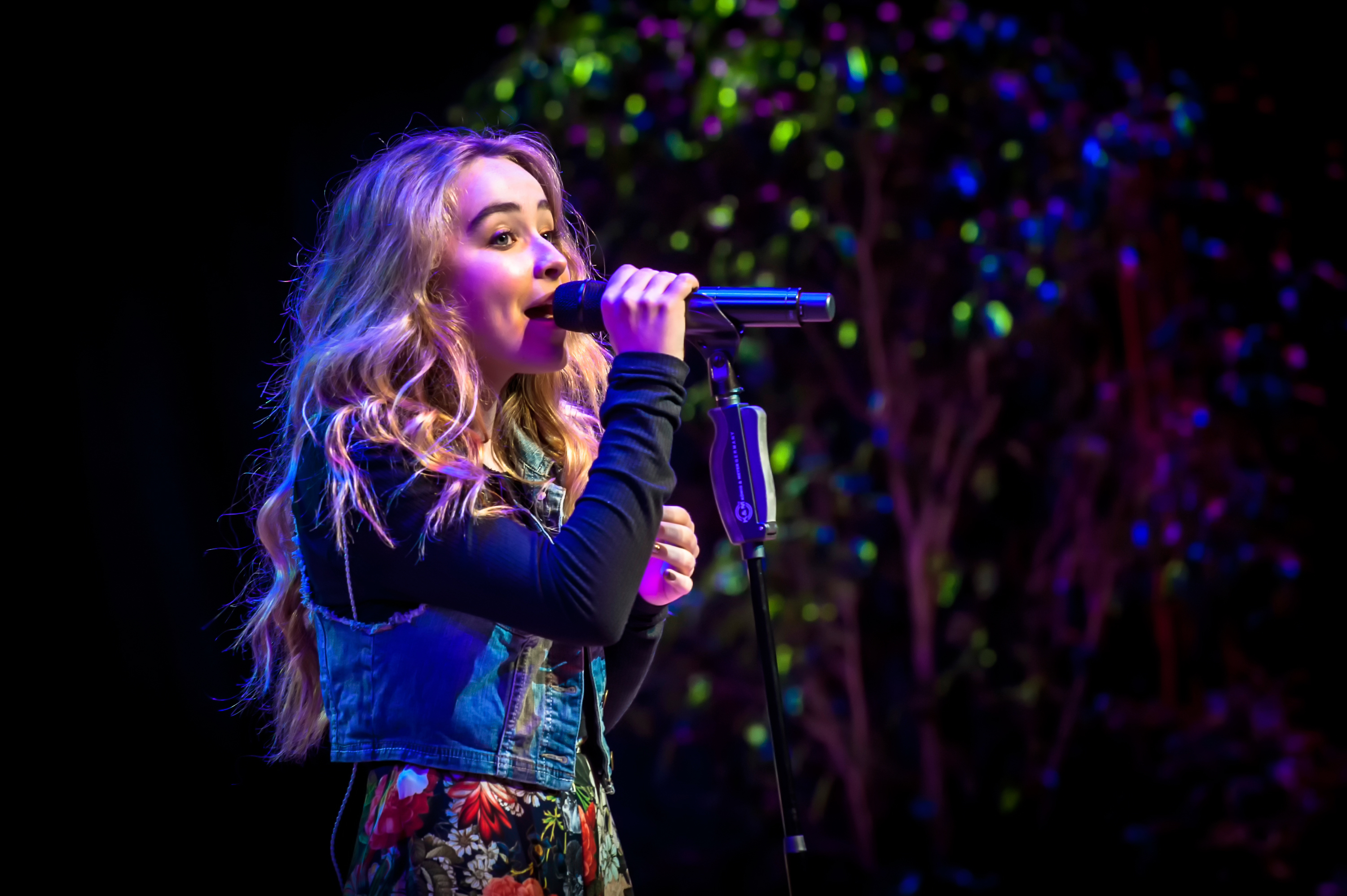 Music_Girl_singing_on_stage_088878_