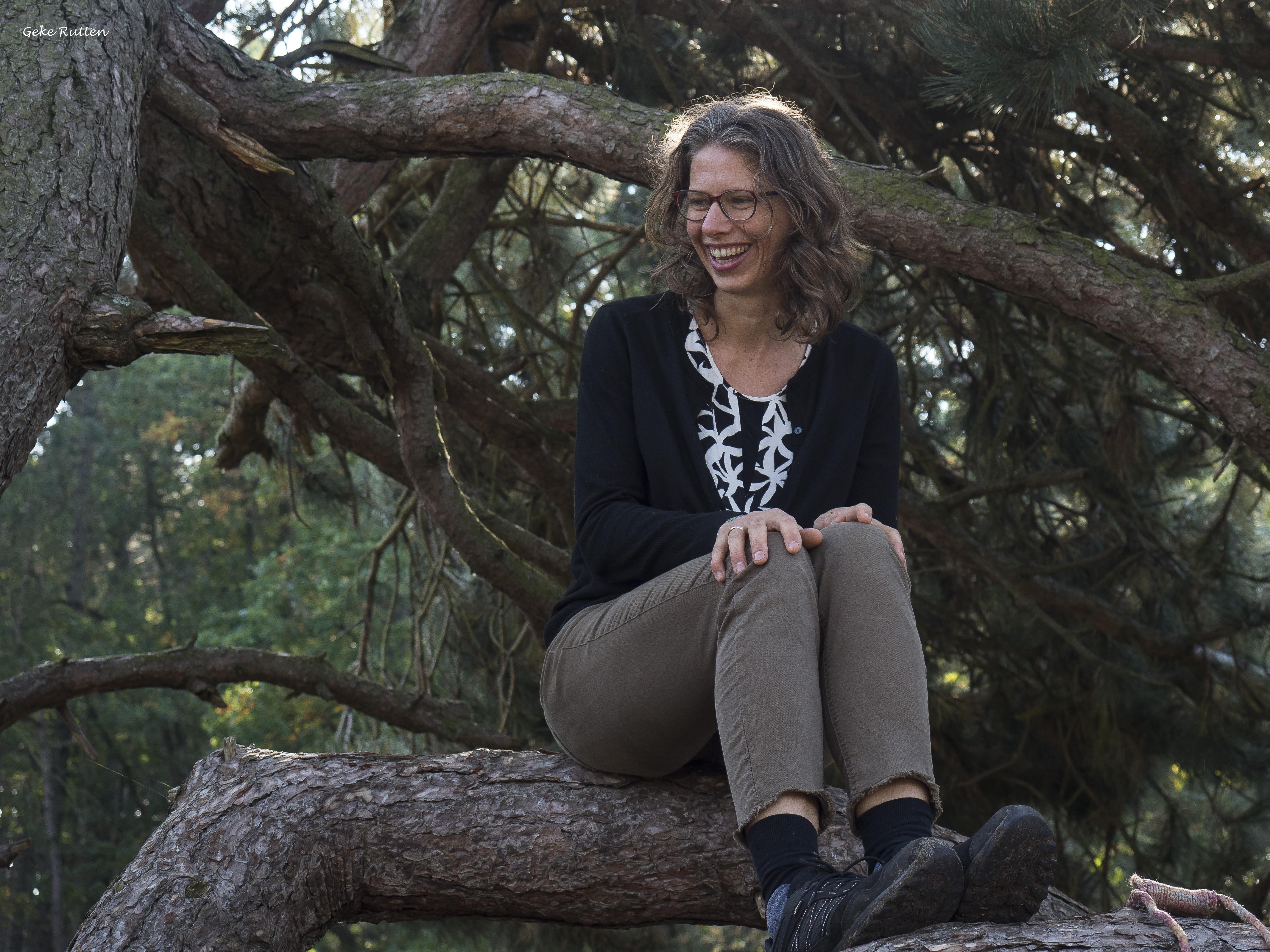 Marita Rutgers in een boom