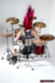 Nea Batera tocando la batería