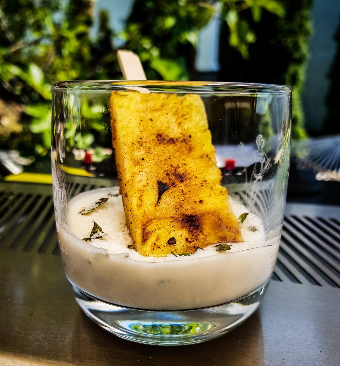Gegrillte Ananas mit Kokos-Minz-Jogh