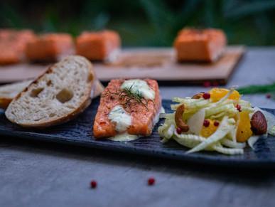 Planken-Lachs mit Orangen-Fenchelsalat und Honig-Senf-Sauce