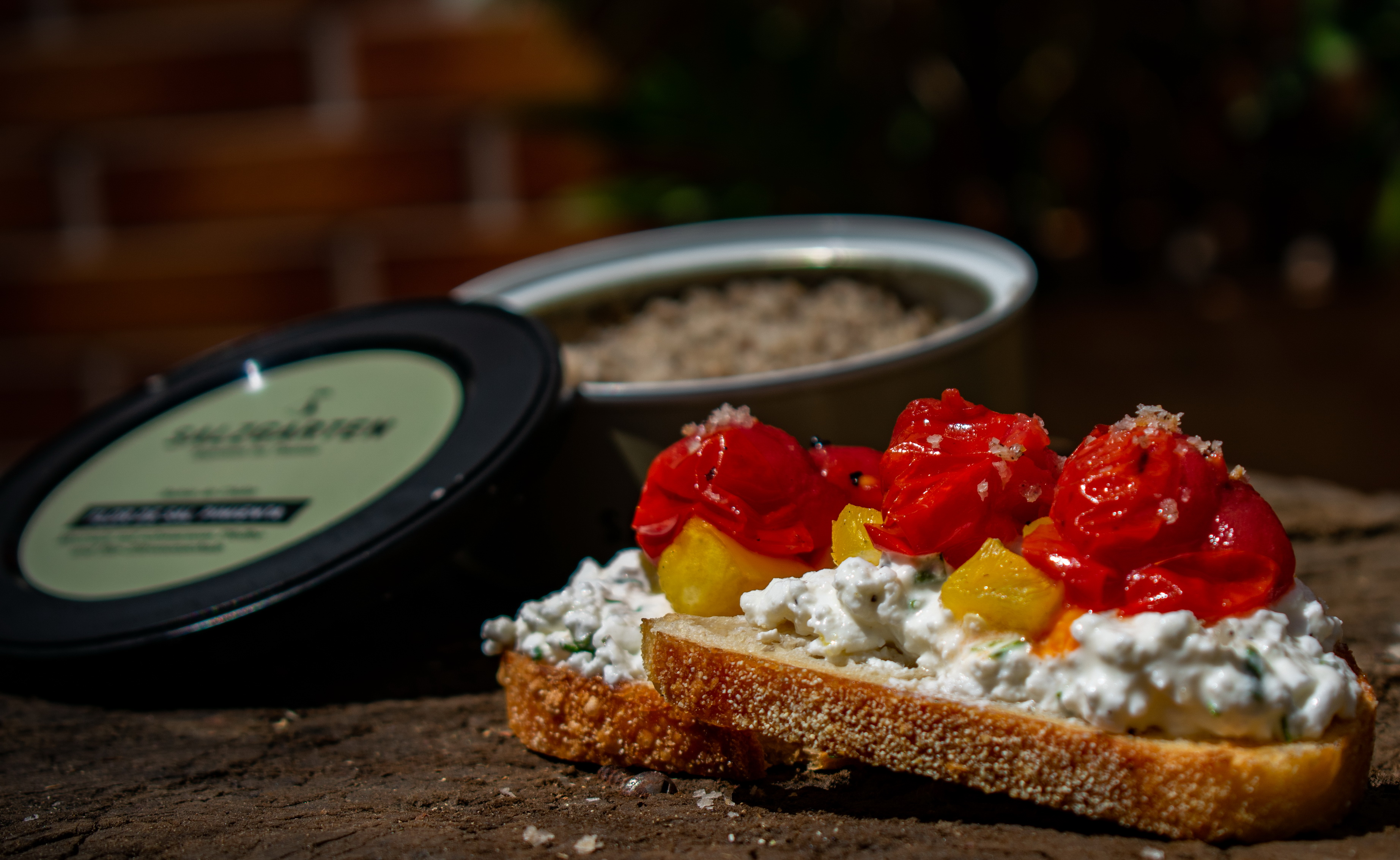 Hüttenkäse Crostini mit Tomaten