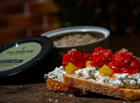 Hüttenkäse Crostini mit gegrillten Tomaten