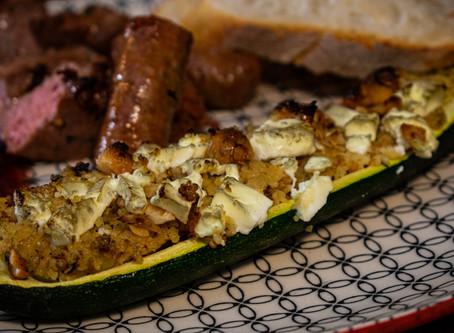 Mit Couscous und Schafskäse gefüllte Zucchinis