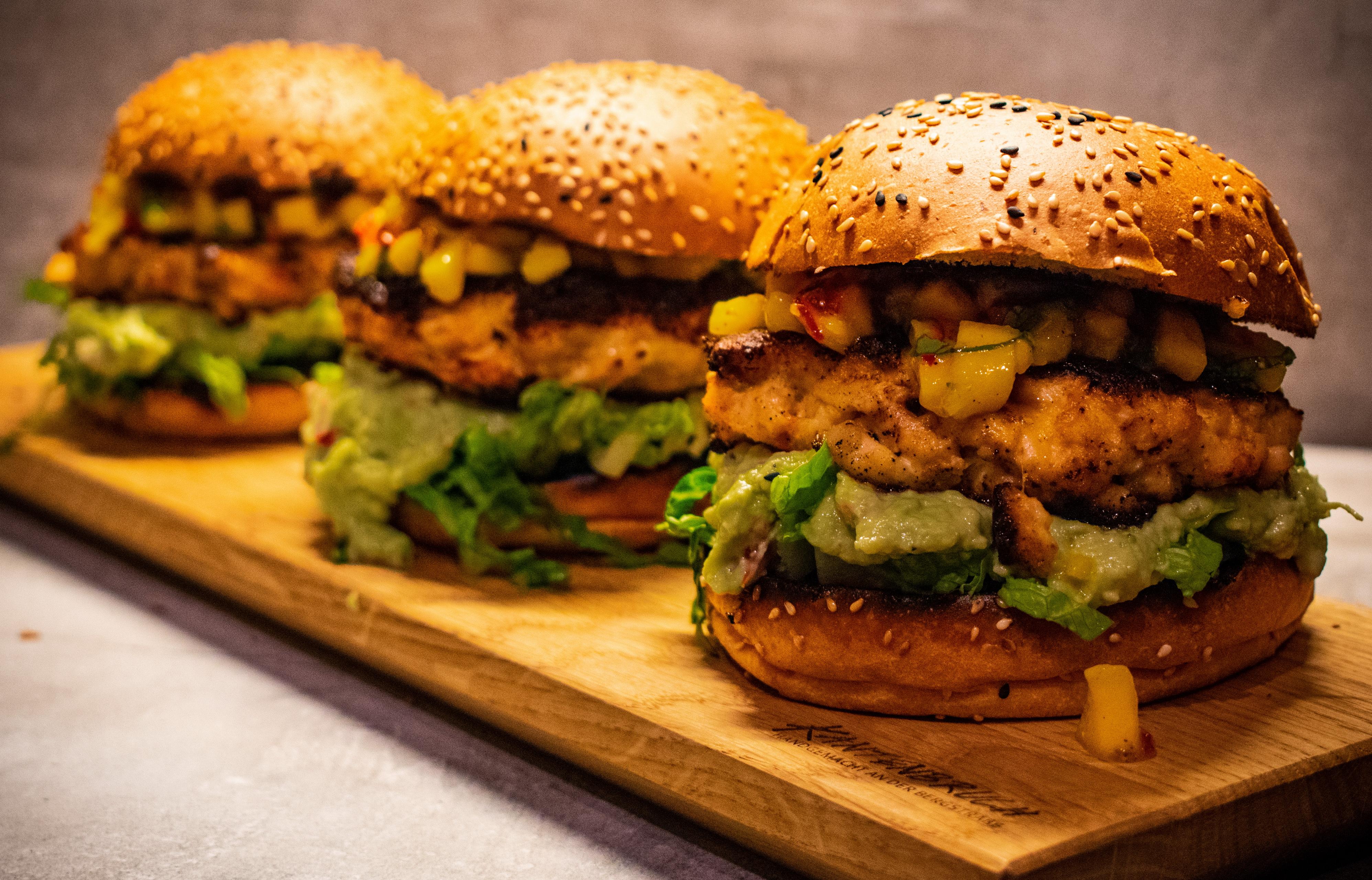 Chicken-Burger mit Mangosalsa