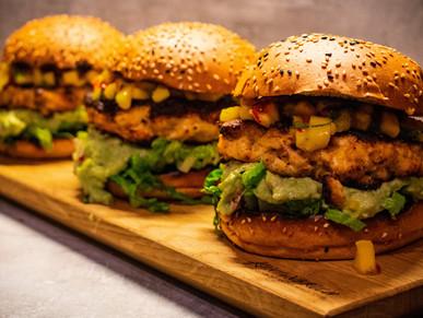 Chickenburger mit Mangosalsa und Guacamole