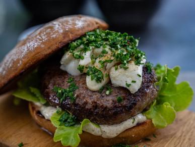Wagyu Burger mit Trüffelmayo und Gremolata