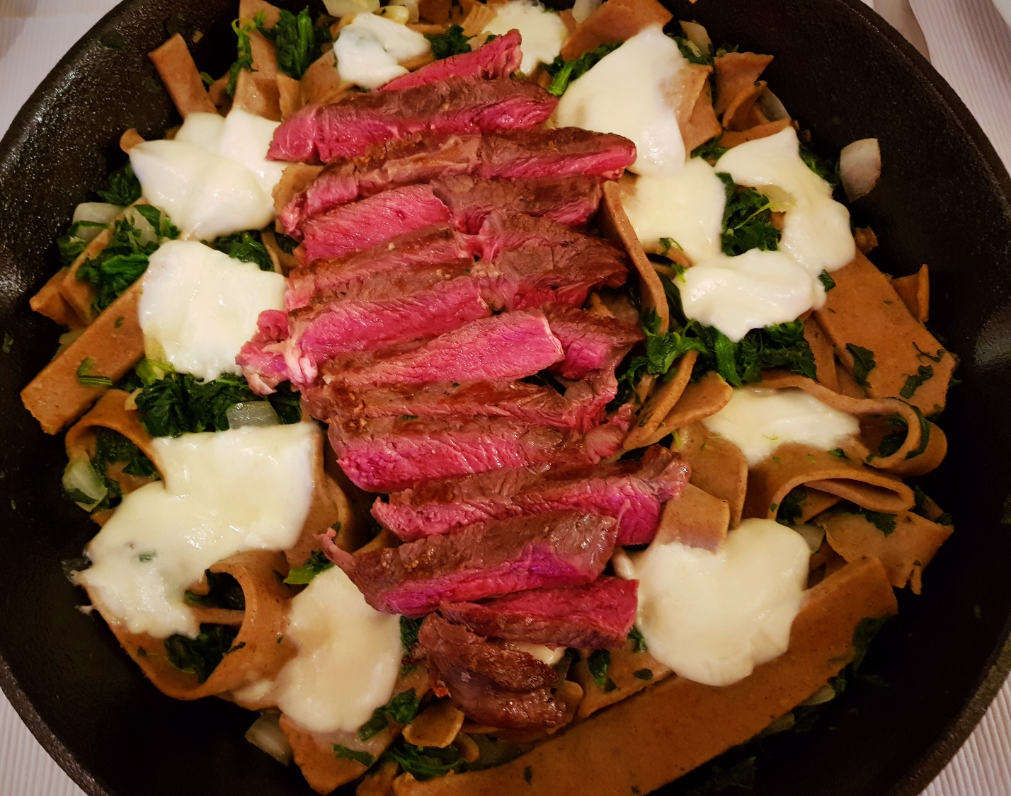 Ribeye mit Büffelmozzarella + Spinat