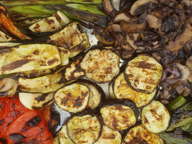 Mit gegrilltem Gemüse gefüllte Baconbomb