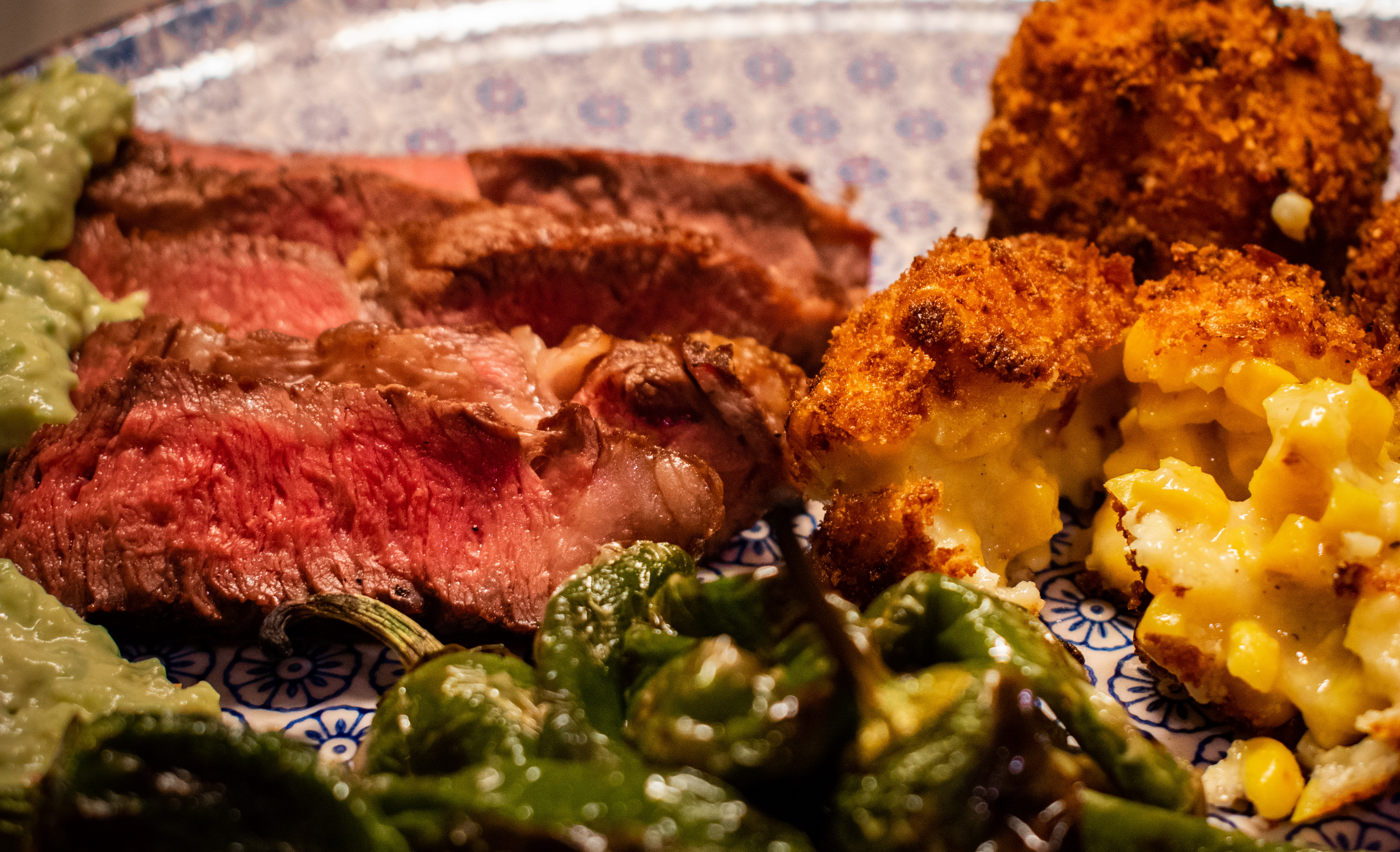 Steak mit Avocado + Mais Kroketten