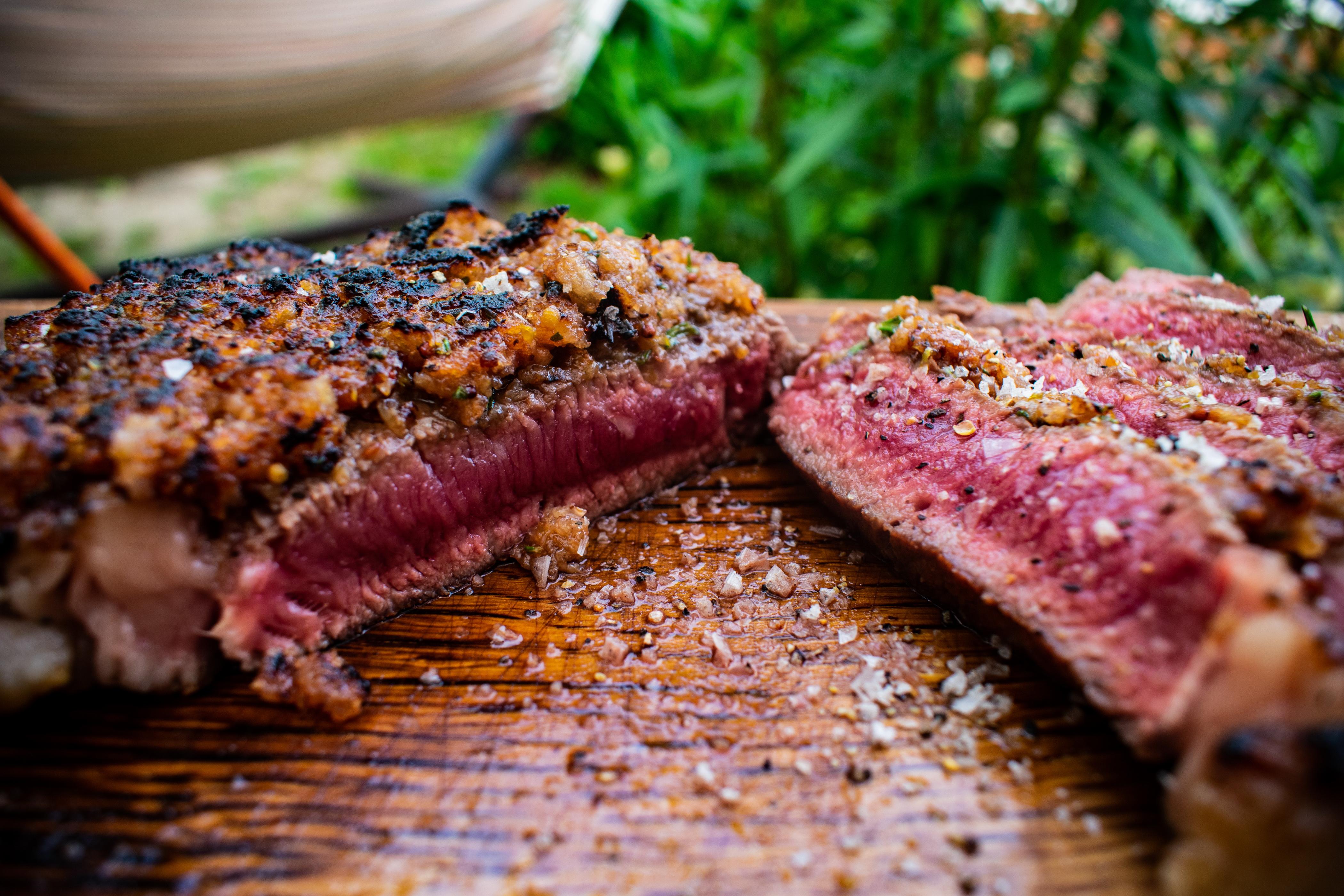 Steak mit Chili-Erdbeer-Kruste