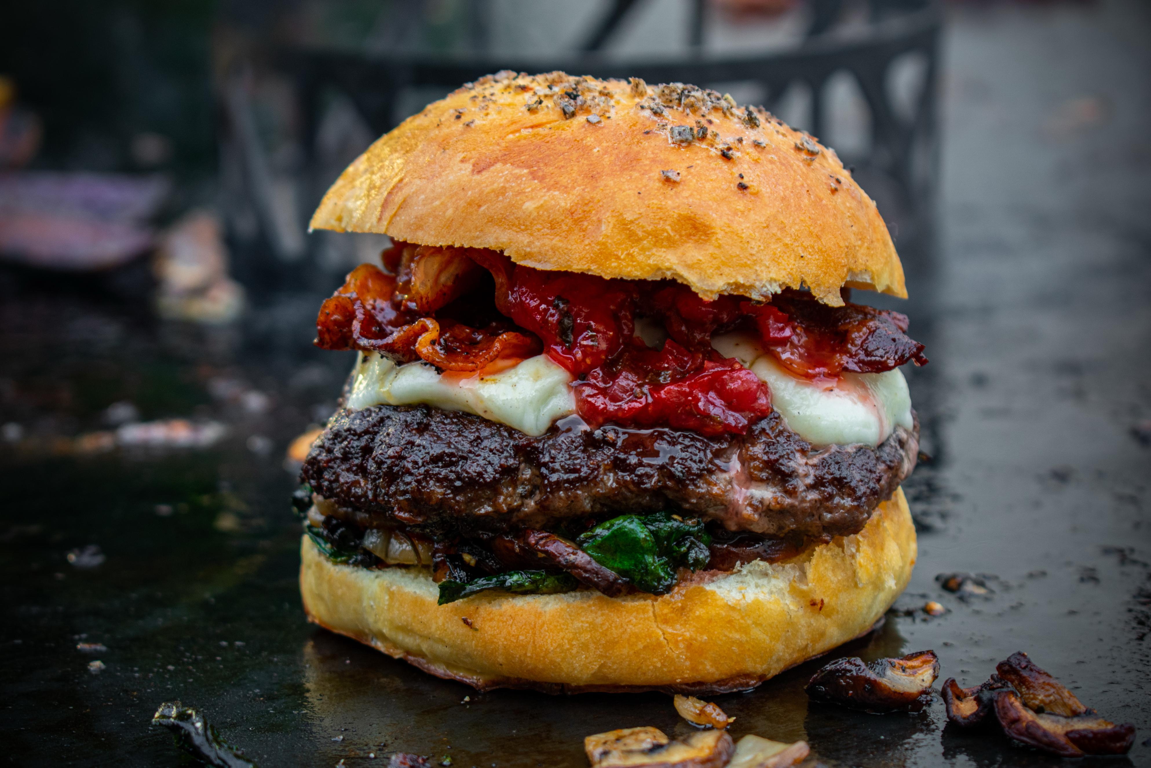 Smashed Burger mit Erdbeer-Gin-Chutney