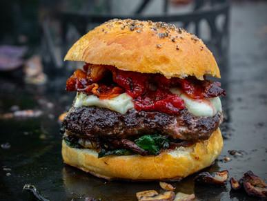 Smashed Burger mit Blattspinat, Büffelmozzarella und Erdbeer-Gin-Chutney
