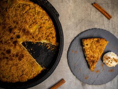 Apfel-Streusel-Kuchen aus dem Dutch Oven