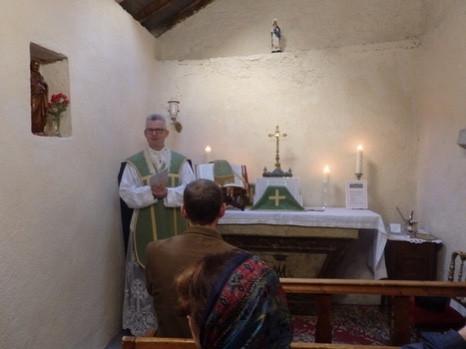L'abbé Morgan célébre la messe dans la chapelle de la maison Saint-Louis