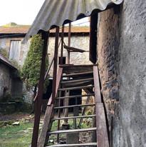 Vieil escalier de la maison conduisant au garage