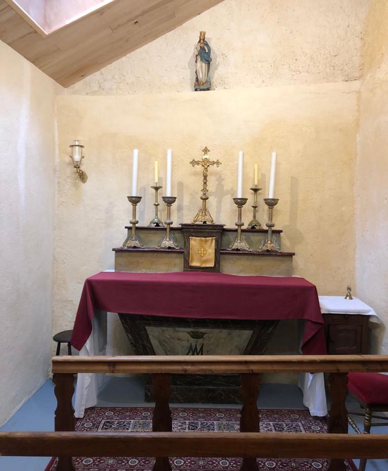 Nouvel autel de la maison Saint Louis.jp