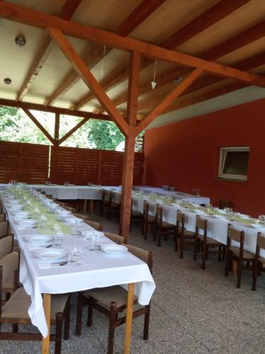 Slavnstní stůl přístřešek grillpark