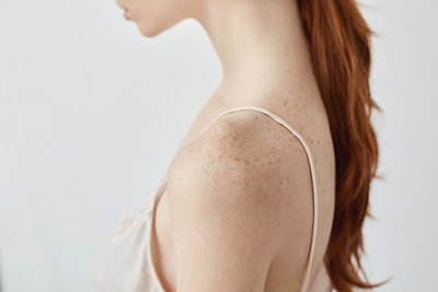close-up-portrait-tender-young-redhead-f