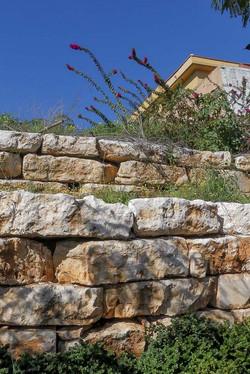 סלעים גדולים ושטוחים