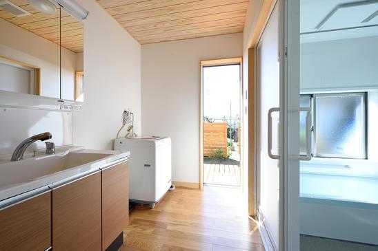 洗濯してすぐ干しに行ける動線を確保した洗面脱衣室。