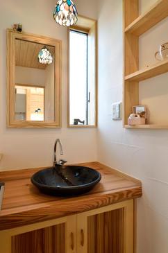 丸鉢を半分埋め込んだ造作手洗い。