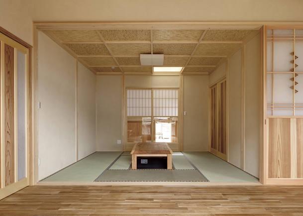 よしず張りの格天井と真壁の和室。掘りごたつは造作品。
