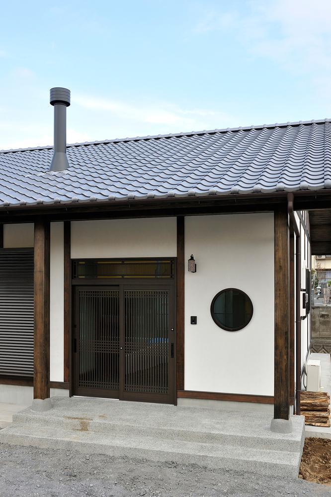 丸窓と真壁の外壁が特徴的な外観