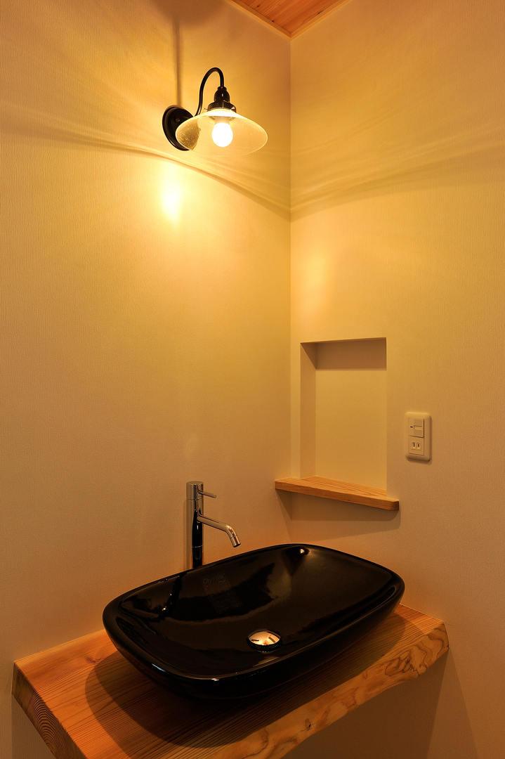 シンプルでゆったりとした手洗い。 壁にニッチを設けることで、ちょっとしたものを置くことも可能。