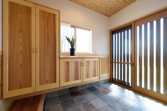 たっぷりとした収納と採光が得られる玄関。
