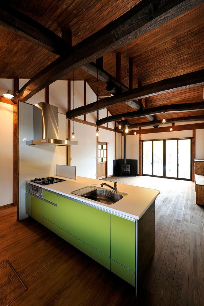 鮮やかなグリーンの対面キッチン