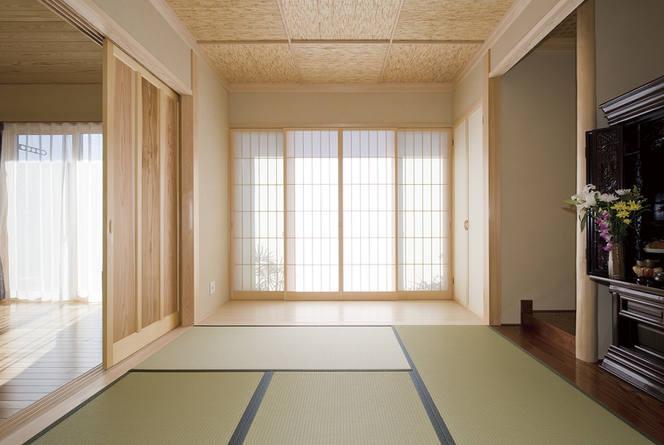 昔ながらの広縁のある和室。内障子は窓側に設置しているので、お部屋を広くお使いいただけます。