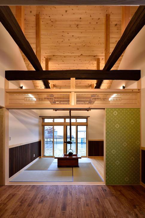 柿渋で塗られた梁が印象的な居間。