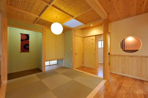 格天の一部が天窓になっている和室スペース。
