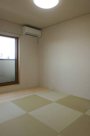 縁なしの半畳に壁材をクロスでまとめたシンプルな和室。