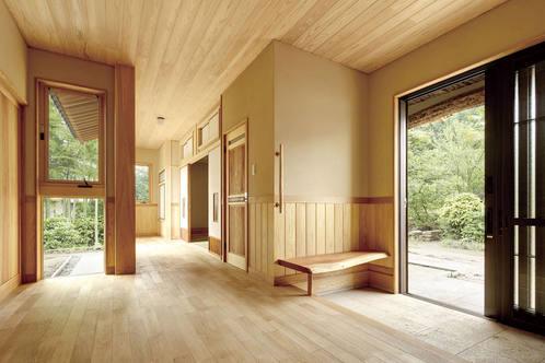 一見、住宅の玄関とは思えない、広がりのある玄関。
