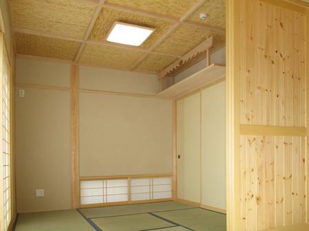 造作の神棚がある和室。 地窓があるので空位の入れ替えもスムーズ。