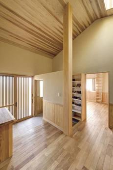 家族専用玄関と来客用で分けられる玄関。天井が高く、通ったはしらも印象的。