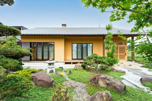 日本庭園が似合う、天然石と黄色塗壁の和風平屋