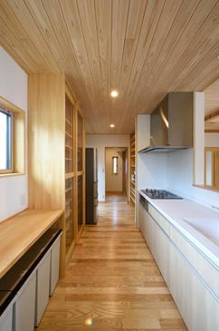 造作の食器棚で統一感のあるキッチン