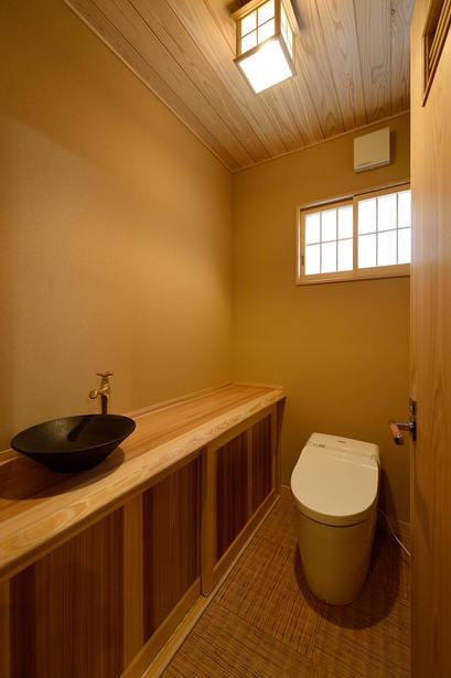 一枚板をカウンター収納の天板として使用。