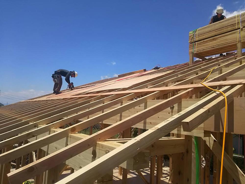 屋根施工中