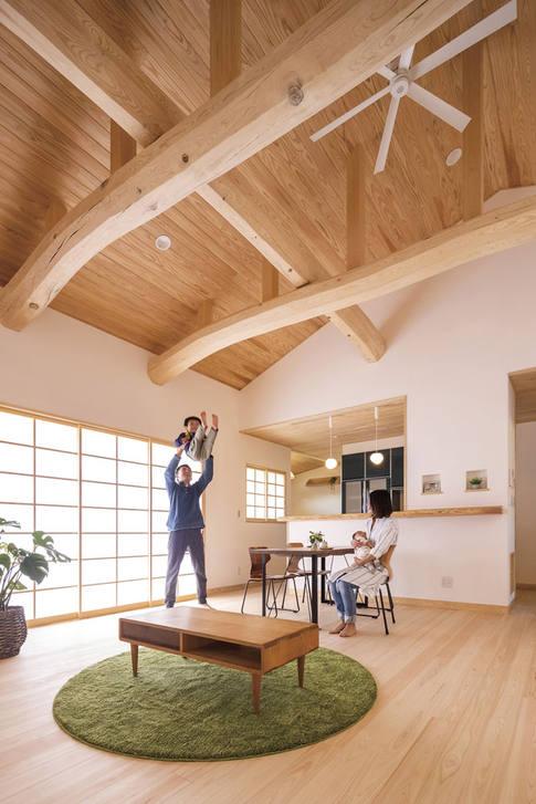 開放的な梁丸太が渡る天井と荒組の障子からの優しい光で快適なリビング。