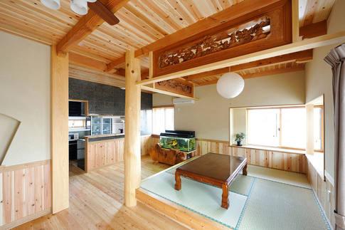 天井や腰板に使われた、杉の源平の美しさが冴えるリビング。欄間は施主様支給品。