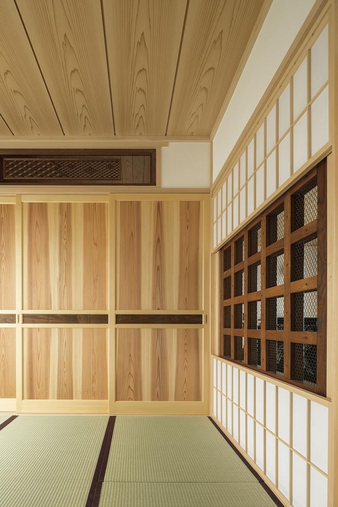 組子の欄窓×造作の3枚引戸の和室