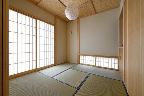 畳の縁の色がアクセントとなる和室。 天井はよしず張りの格天井。